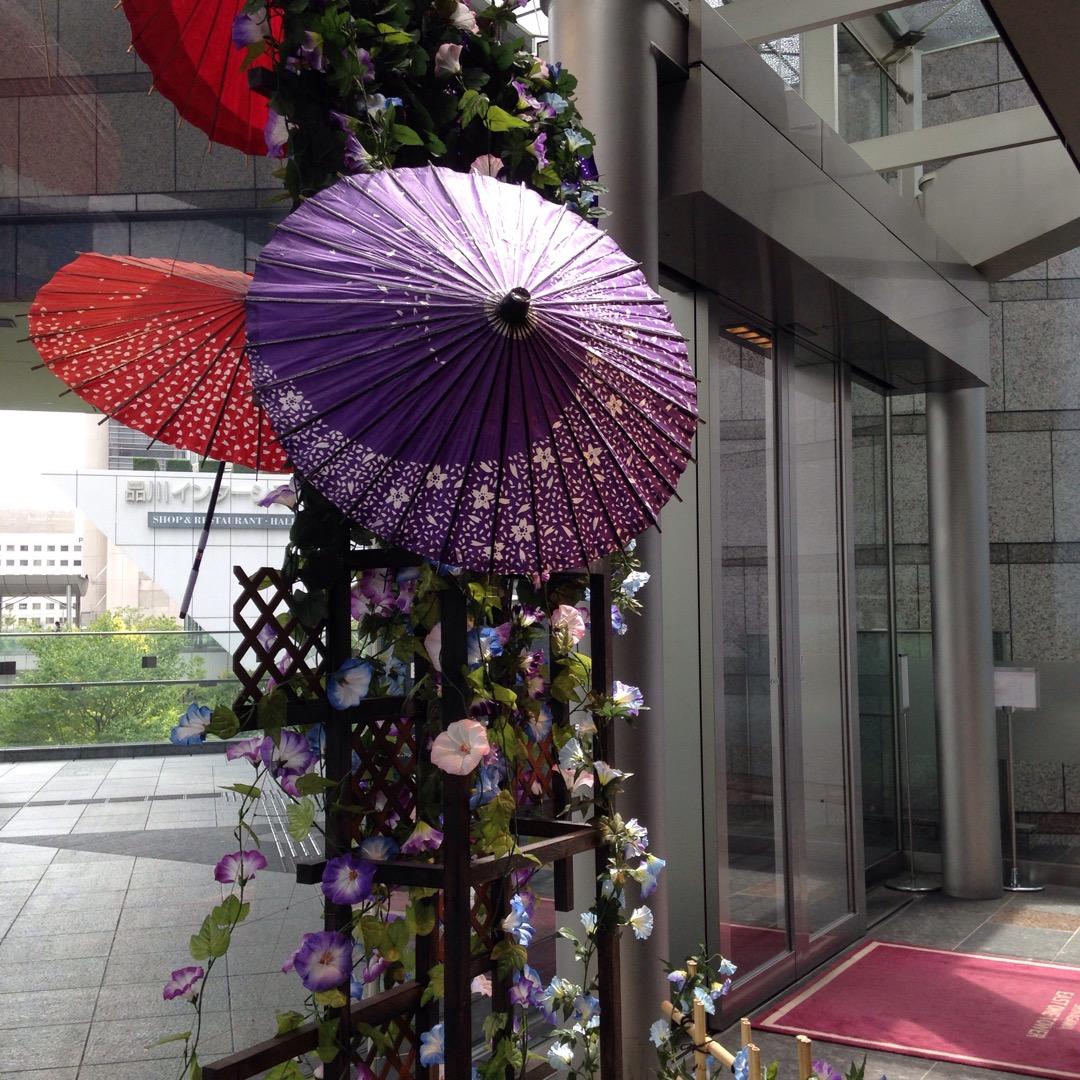 ビルの入口に夏らしい飾り付けがされていました。外国人も多い場所なの...