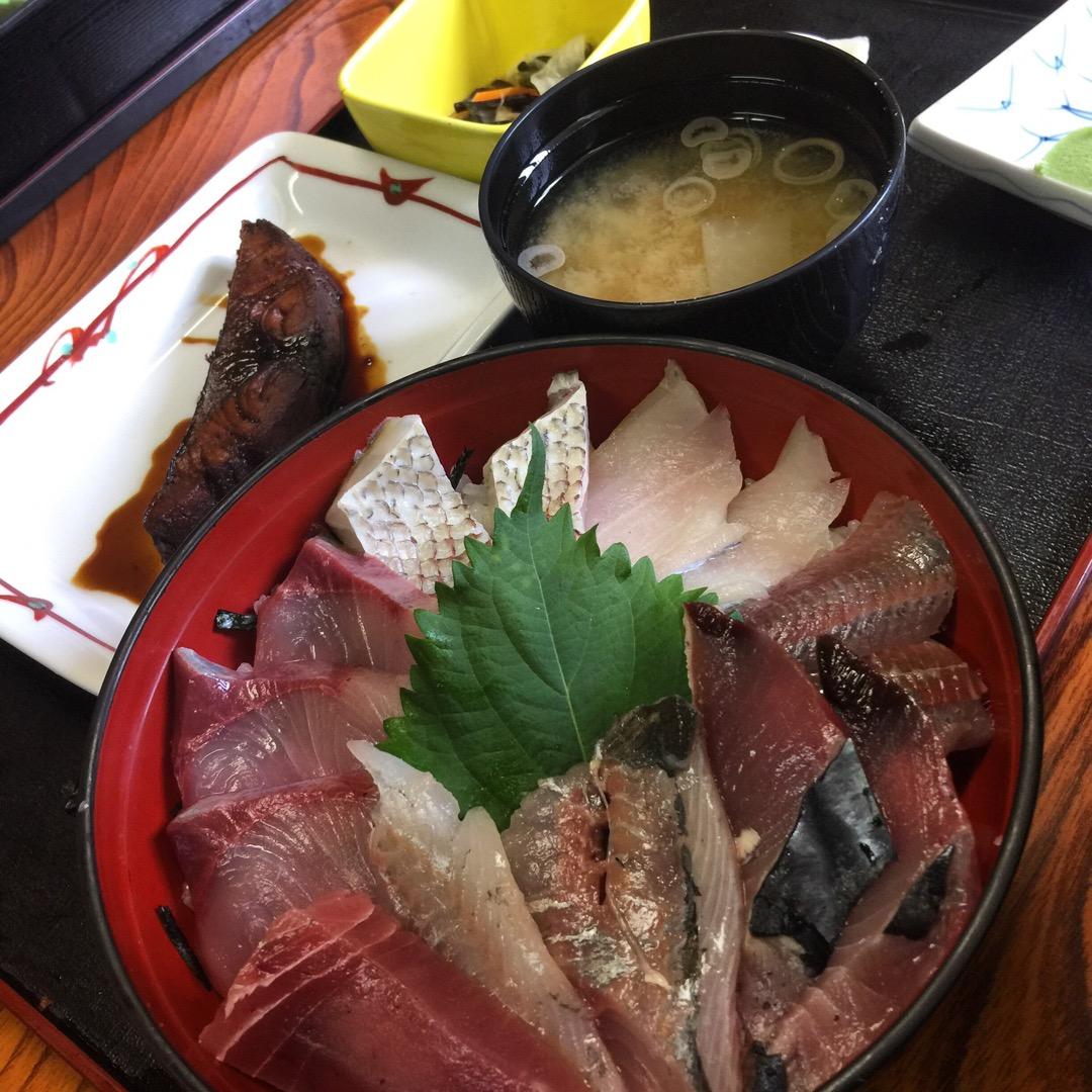 #おらが丼 1450円也。酢飯の海鮮丼と煮魚、つみれ入りのお味噌汁...