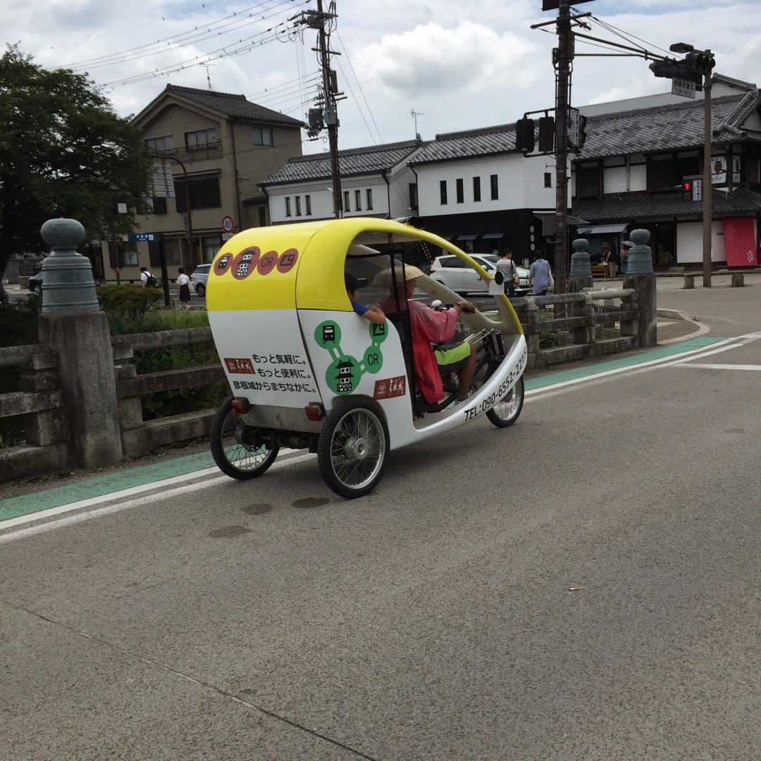 彦根城のお堀の周りを観光の人力車?が走っていました。運転手さんは結...