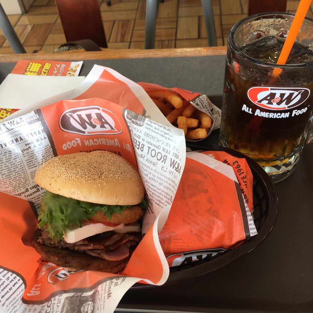 沖縄のA&Wのハンバーガー! 結構ボリュームがあって、満腹になりま...