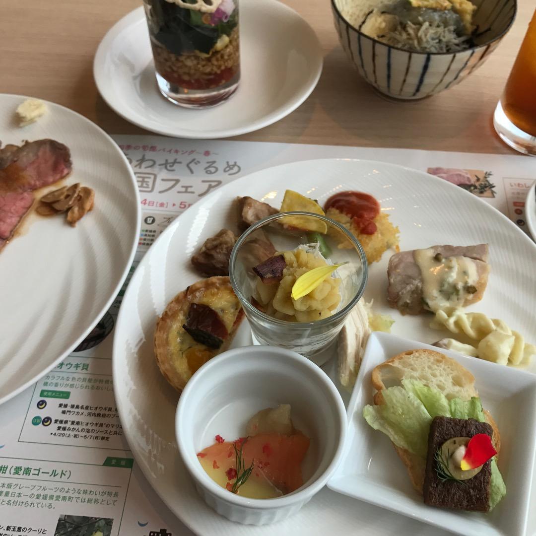 ローストビーフ、お寿司、天ぷらをその場で作ってくれるブッフェ形式の...