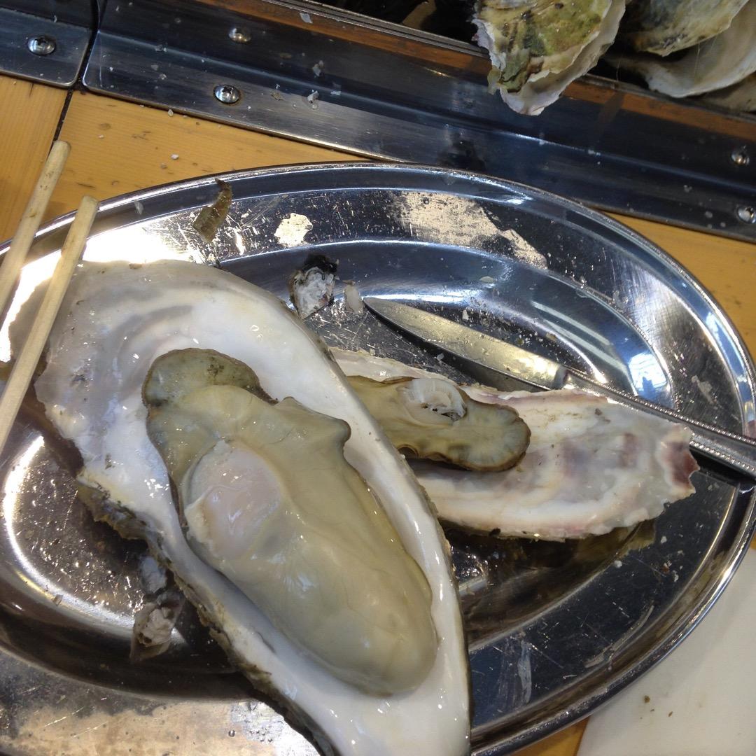 牡蠣小屋^ ^ 宮城県の牡蠣は小ぶりなものが多いのですが、たまにこ...