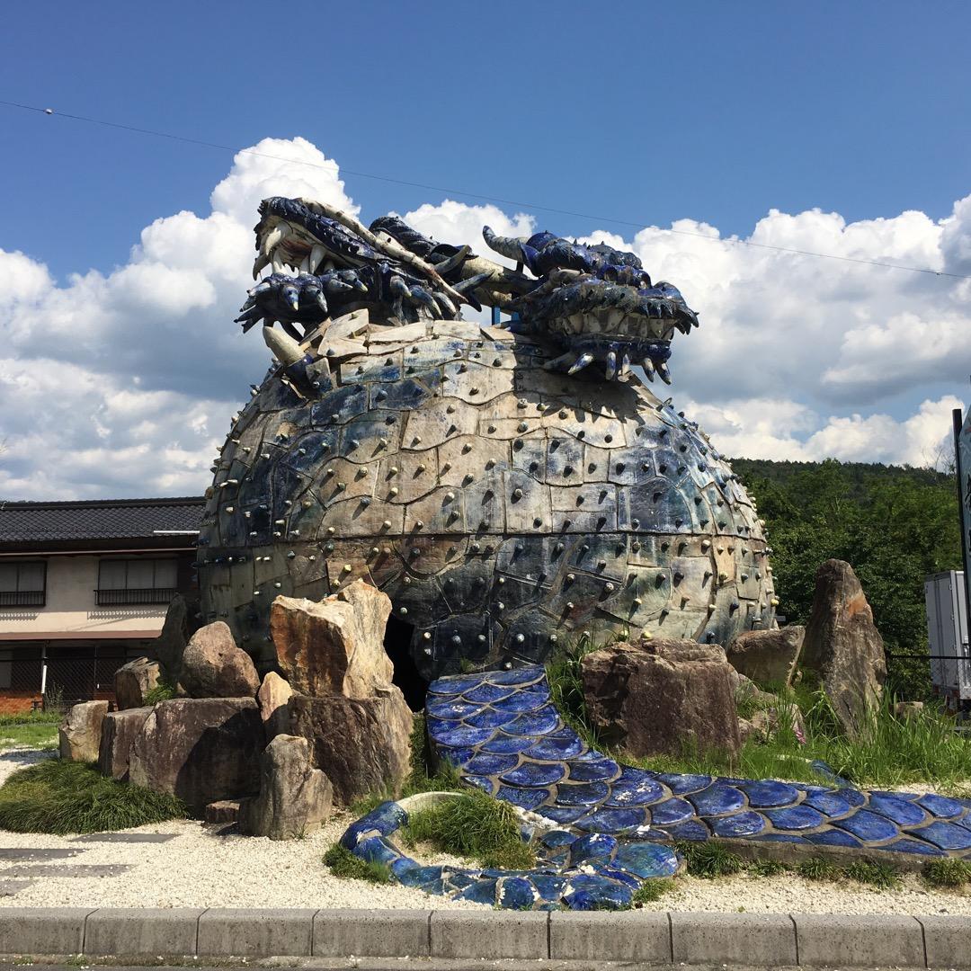 竜吟の滝の駐車場にあるモニュメント🎵 こっから歩いて滝を見に行くの...
