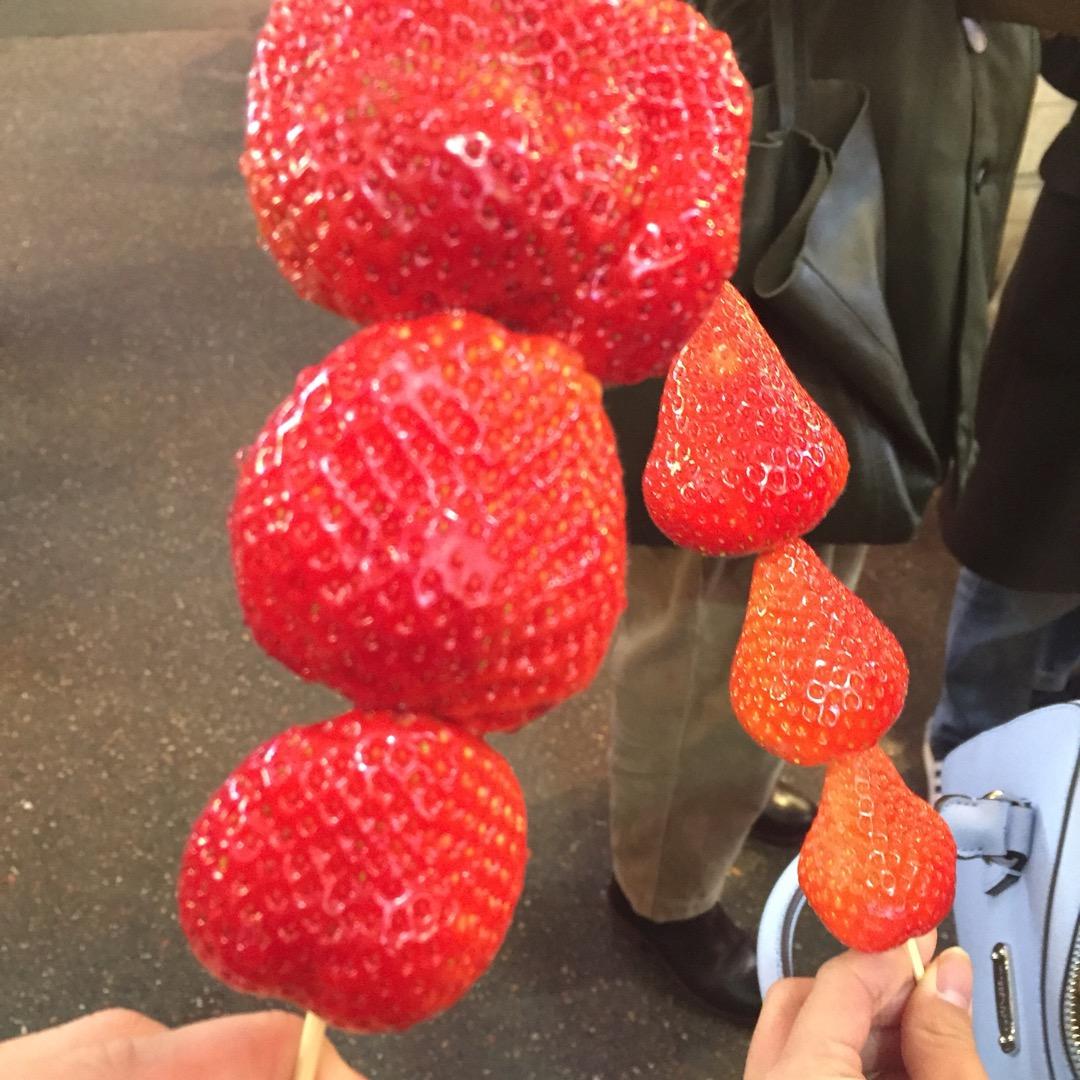 巨大苺🍓 金沢の商店街で見つけた苺。 金沢は魚介が有名ですが、美味...