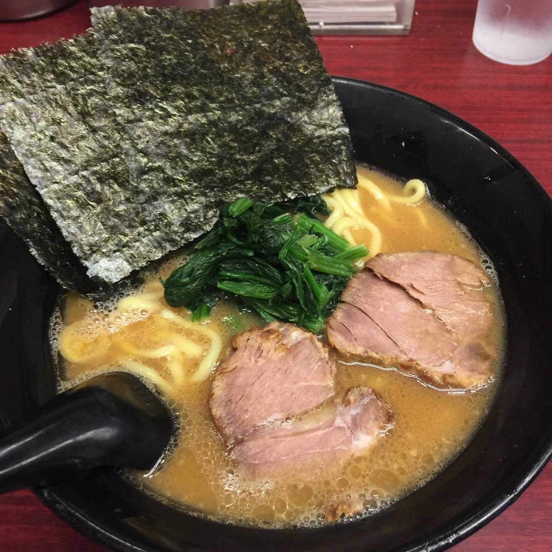 ラーメン500円也。麺は太麺か細麺を選べて好みの濃さや油などの指定...
