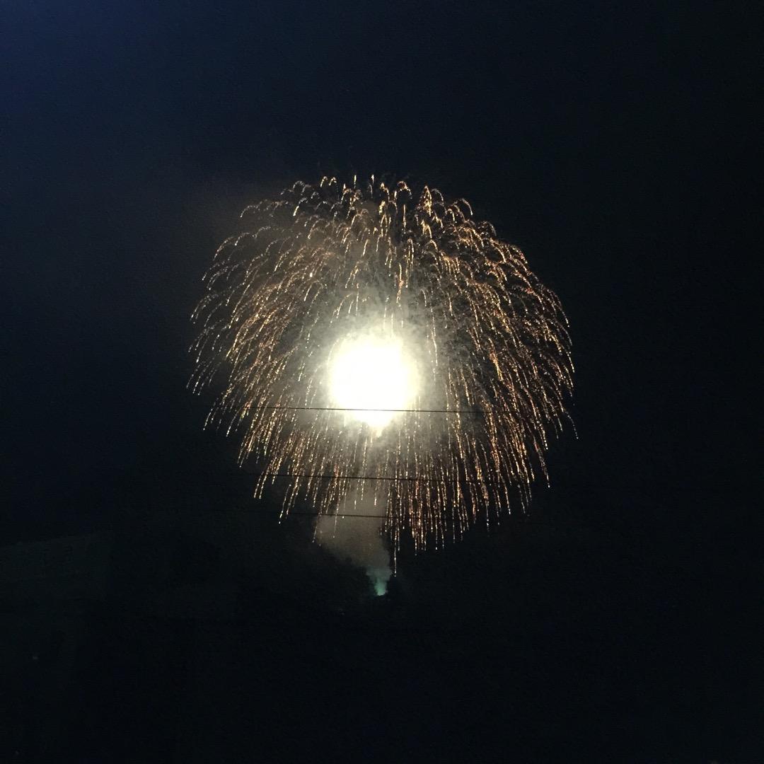 毎年、恒例の大月 かがり火祭りの花火。岩殿山の中腹から打ち上げられ...