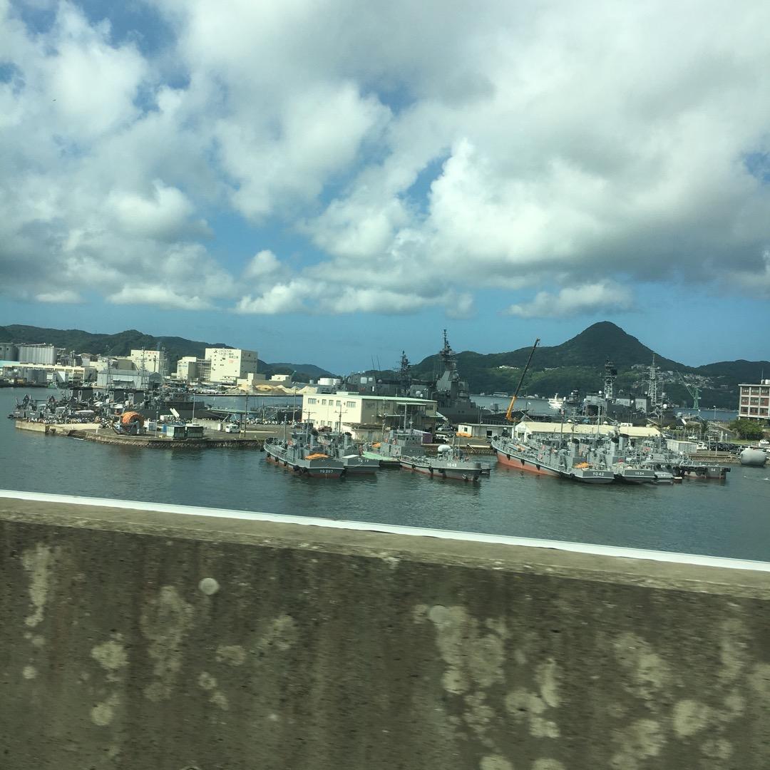佐世保の高速道路から撮った風景です。 かっこいい海上自衛隊の船?が...