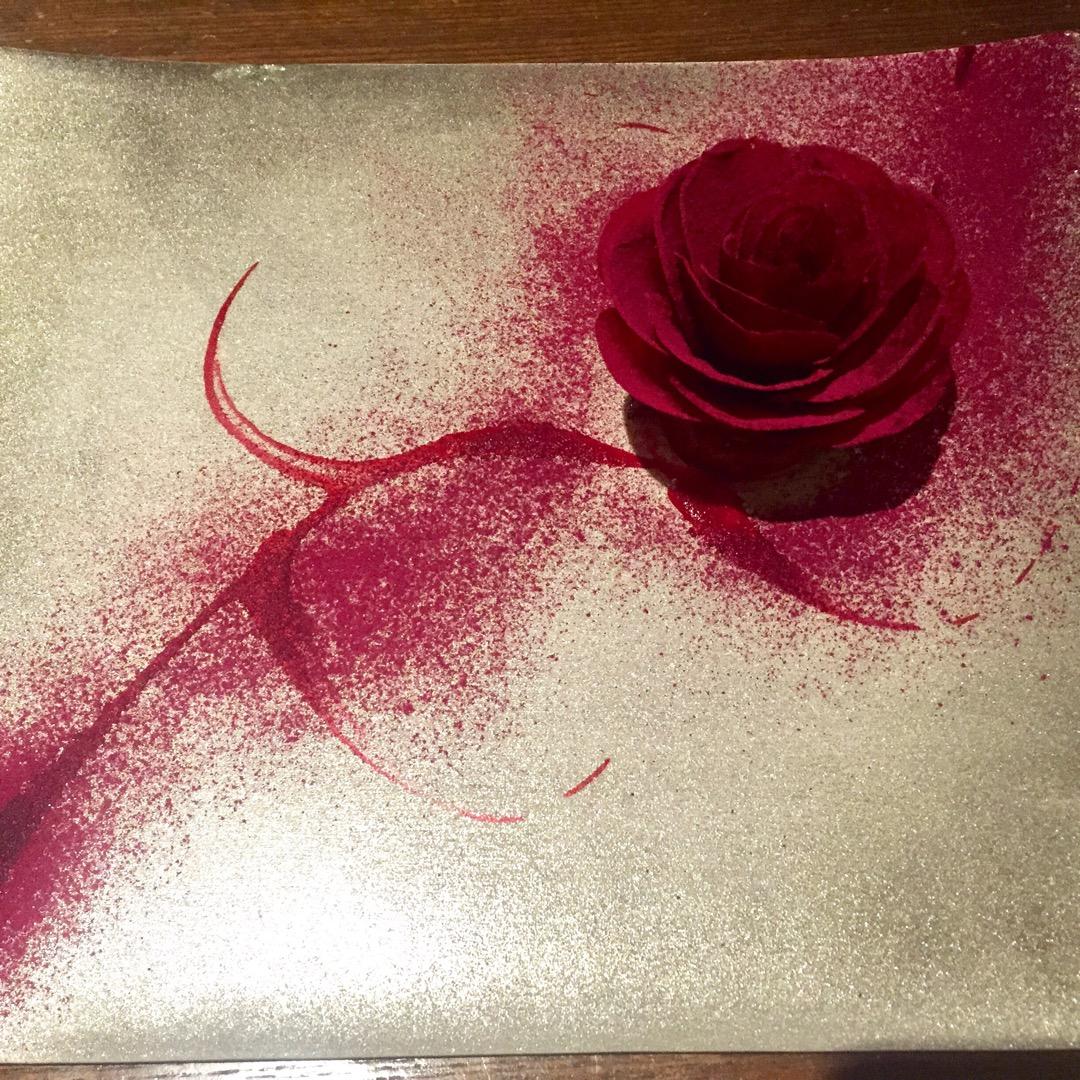 このバラ、なんとビーツで作られているんです…‼︎ パリパリのビーツ...